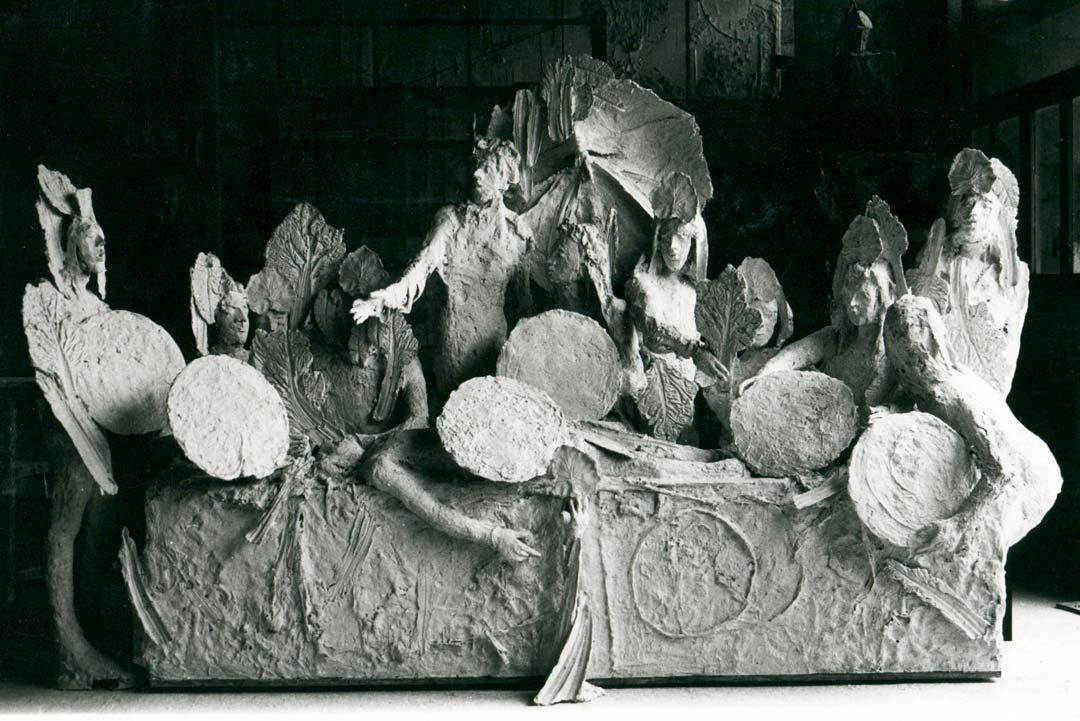LE BANQUET - 1979 - plâtre - 230x380x110cm