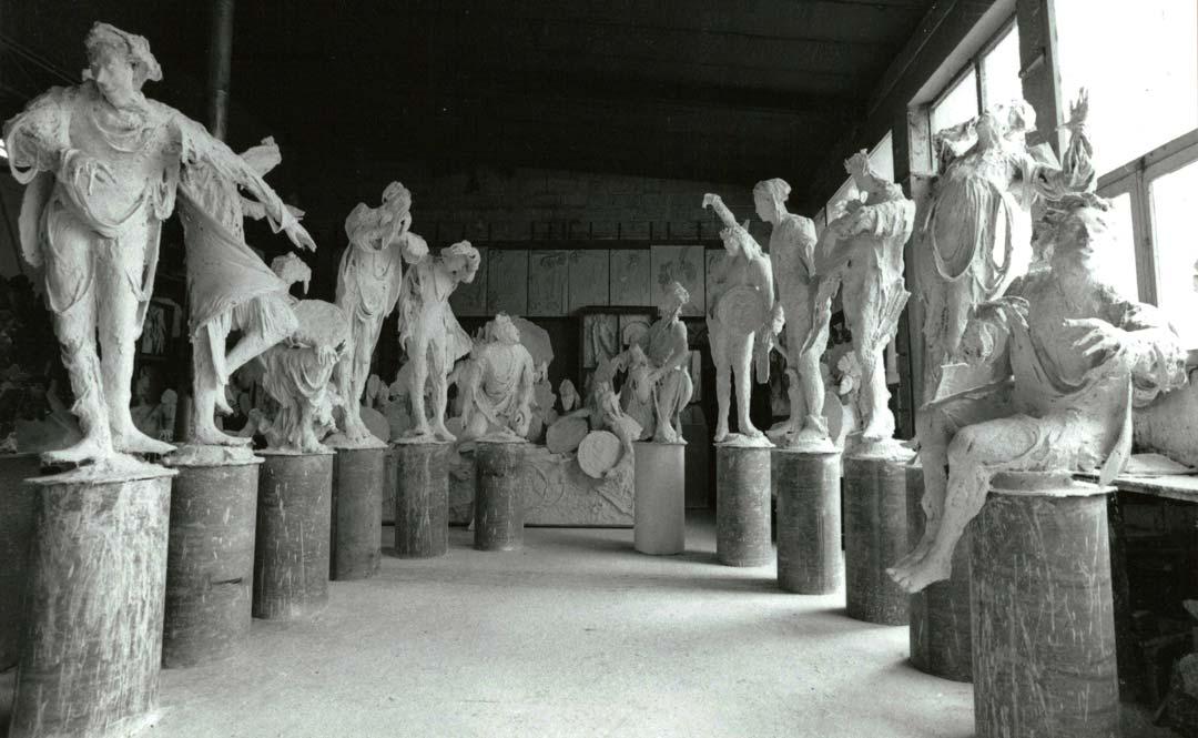 LES STATUES - 1982 - plâtre - hauteur maximale : 298 cm
