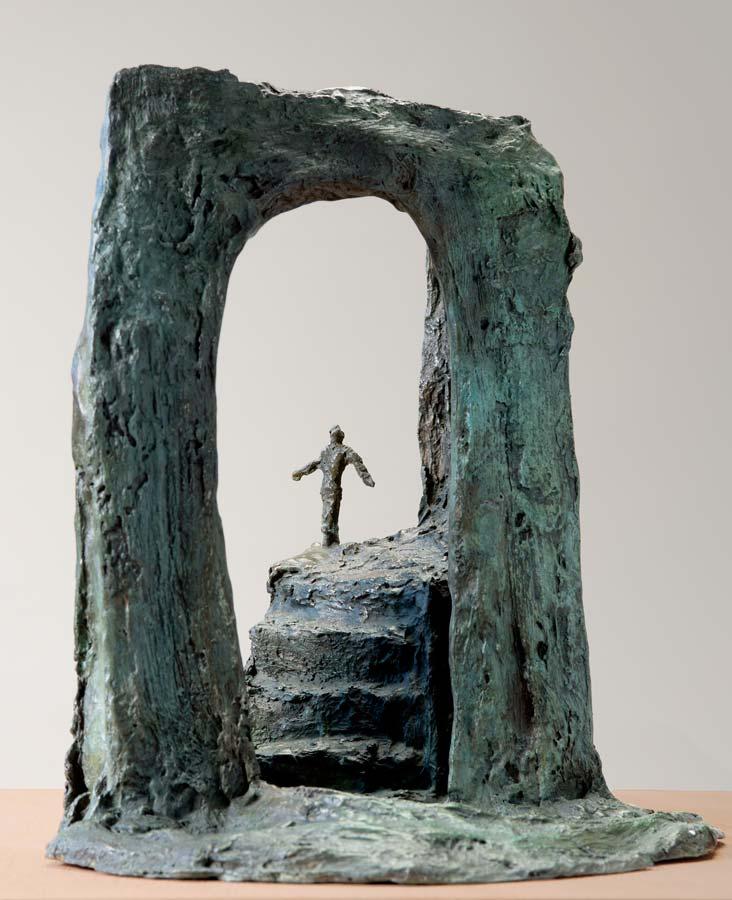 PERSONNAGE SUR UN ESCALIER AVEC PORTE - 2015 - bronze - 34x30x22cm