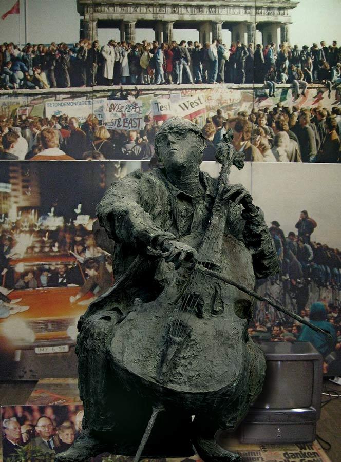 """ROSTROPOVITCH – 1987 – bronze – 135x110x90 cm – Musée """"Haus am Checkpoint Charlie"""" – Berlin"""